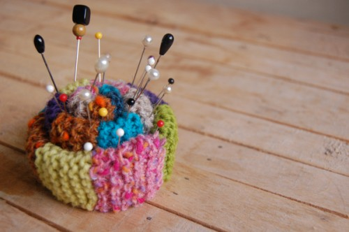 http://www.craftleftovers.com/wp-content/uploads/2010/06/knitpincushion01-500x332.jpg